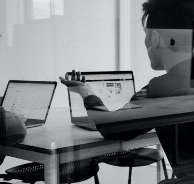 Männer, die über Wert und Usability einer Software zu diskutieren scheinen (aber das ist meine persönliche Interpretation)