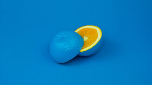 Eine blaue Orange als Sinnbild für kreative ungewöhnliche Ideen